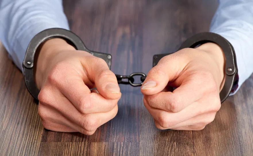 هل ايقاف الخدمات فيها سجن
