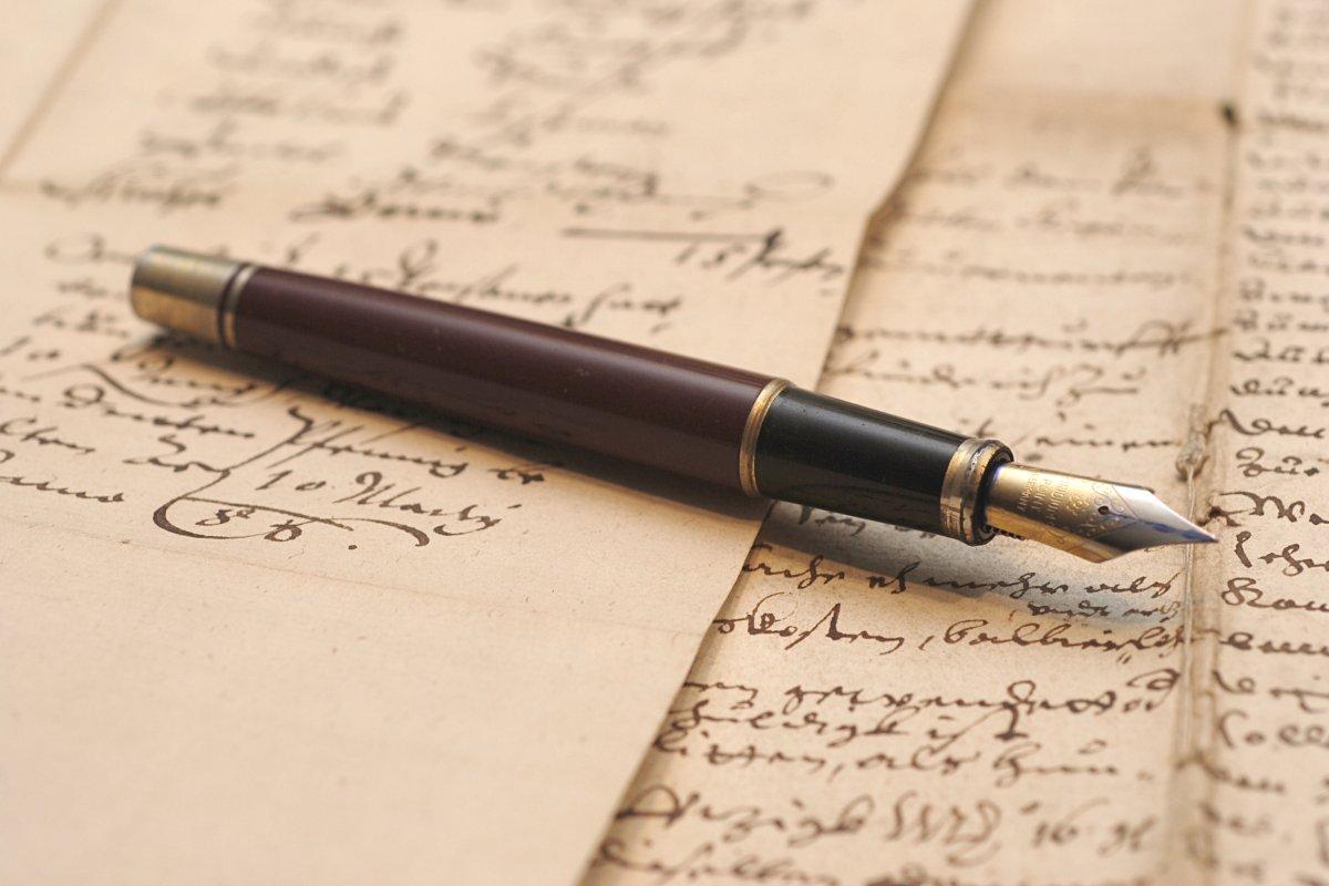 يعتمد الكاتب عند كتابة المذكرات الأدبية على