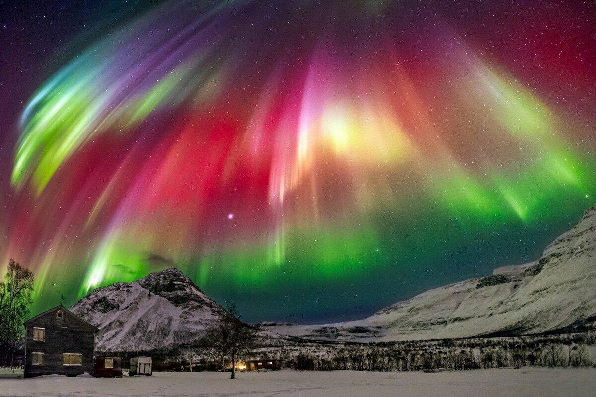 تحدث ظاهرة الشفق القطبي في